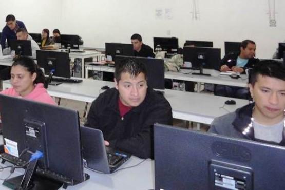 Policías se capacitan en informática y en manipulación de alimentos