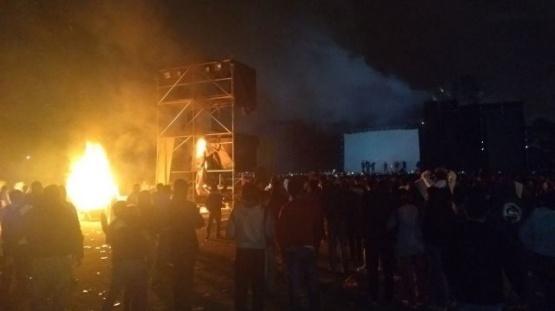 No salieron a tocar y los fanáticos prendieron fuego el escenario