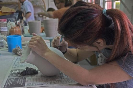 Arrancó taller de cerámica