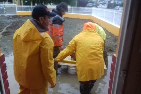 Protección Civil y Policía asistieron a vecinos afectados por las precipitaciones