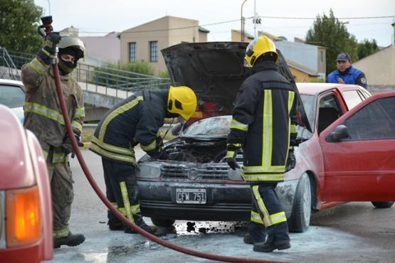 Casi se prende fuego un vehículo en Autovía