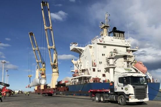 Ingresó un nuevo barco con materiales para el parque eólico de Jaramillo