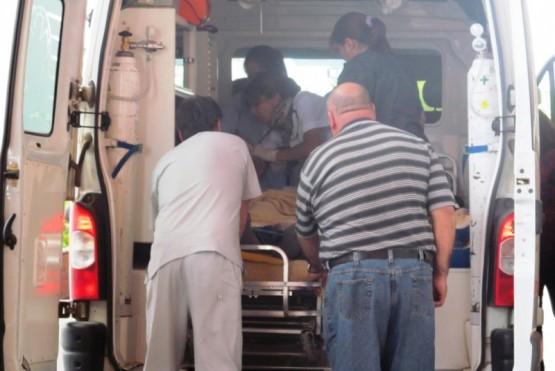 Joven hospitalizada luego de chocar la moto con un auto