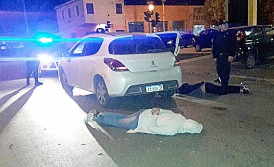 Momento en que ambos sujetos fueron detenidos por la policía.