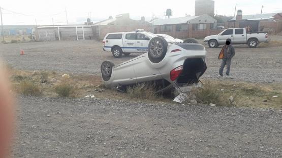 Volcó en la curva y habría sido por esquivar a una camioneta de empresa