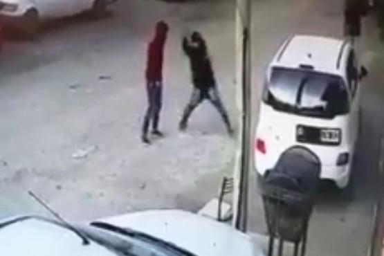 Video: no pudieron abrir el auto y le rompieron el vidrio