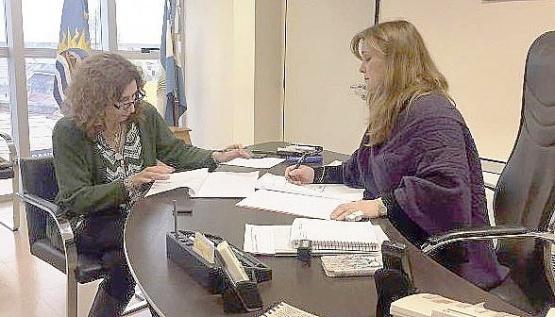 Silvia Bande (izquierda) con la ministra Vessvessian (derecha).