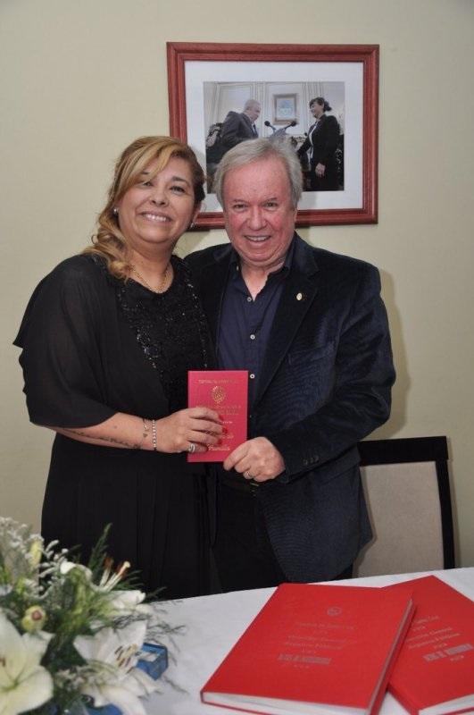 Mrs. & Mr. Peralta durante el casamiento por civil. (Foto: Twitter)