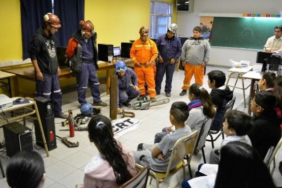 Mineros exponen su labor a estudiantes