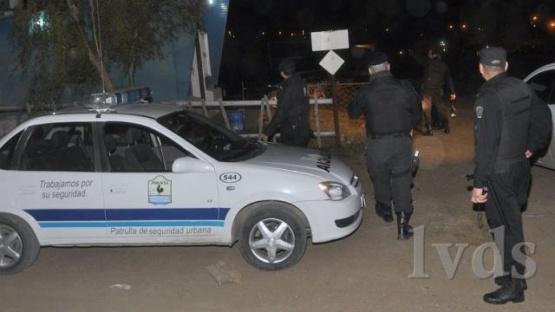 Policías detienen a dos sujetos in fraganti