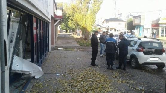 Un vehículo terminó estrellado contra la vidriera de un local