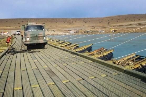 El Ejército instaló un puente para la obra de las represas