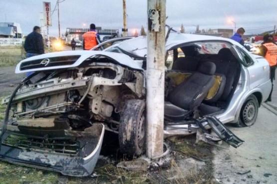 Se estrelló contra un poste y el auto quedó destrozado