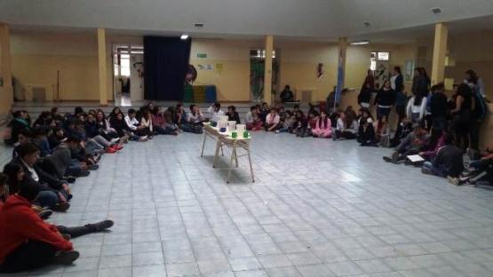 Sentada de alumnos en el Secundario N°11