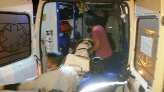 Momento en que suben a los heridos a la ambulancia. (Foto: C.G.)