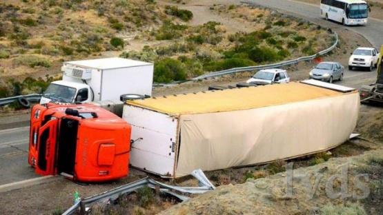 Volcó camión con 13 mil kilos de lana en la curva de playa Asina