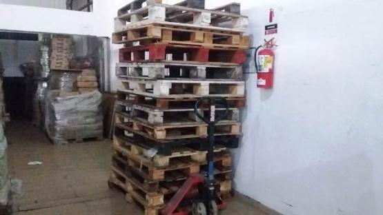 Ante la falta de carbón, reparten madera y ladrillos a familias más vulnerables