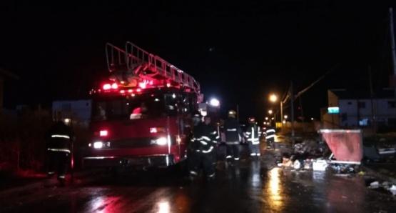 Personal de bomberos en el lugar. (C.G)