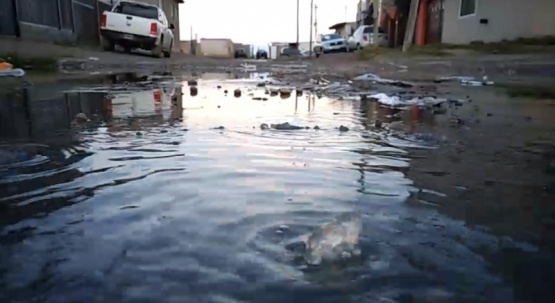 Viven con inundaciones cloacales.