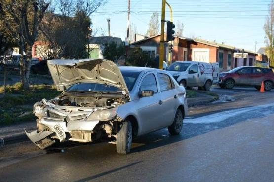 Conduciría en estado de ebriedad, cruzó en rojo y colisionó dos automóviles