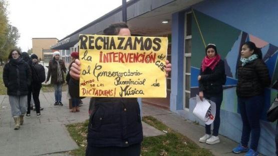 Comunidad educativa del Conservatorio lleva su reclamo al acto patrio