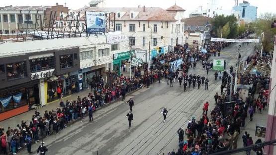Se lleva a cabo el desfile por el 25 de Mayo