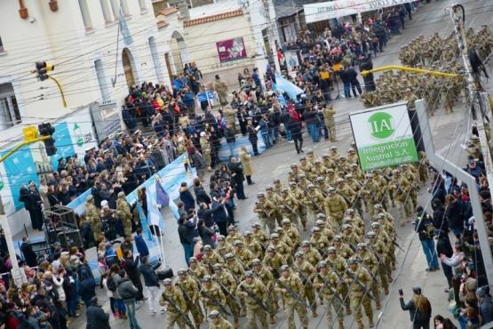 Instituciones educativas, fuerzas de seguridad y organizaciones sociales fueron los que protagonizaron el desfile por el 208 Aniversario de la Revolución de Mayo y del Primer Gobierno Patrio. (C. R)