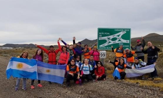 Caleta Olivia y Cañadón seco se unieron en un trekking patriótico