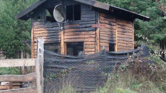 La casa terminó destruida tras el incendio.