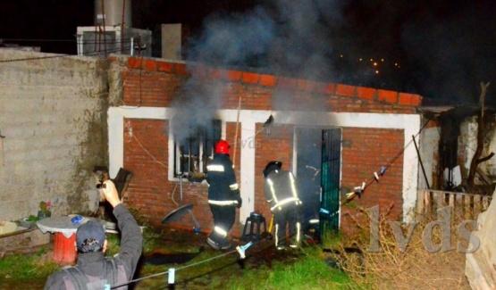 Fue ardua la labor de los bomberos en Caleta Olivia. (Foto: La Vanguardia del Sur)