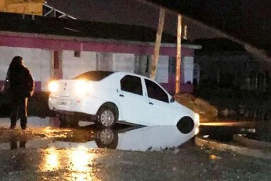 Piden mejoras en las calles luego de que se quede atascado un auto