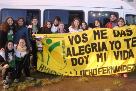 Flavio Sosa y las chicas a la llegada en Río Gallegos.