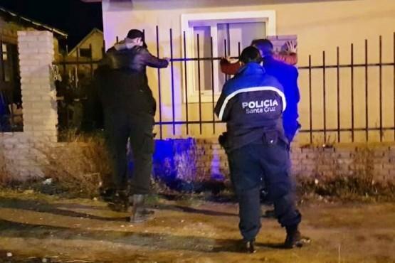 Caminaba, la policía lo identificó y verificaron que tenía tres pedidos de capturas