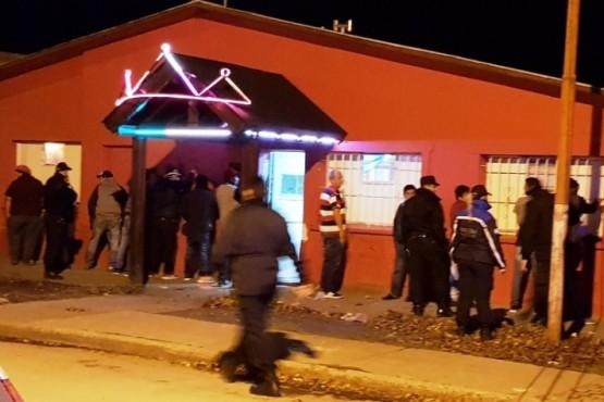 Realizaron control en un bar y encontraron cuchillos a dos personas