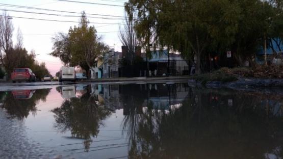 Líquidos cloacales a un paso del centro de Río Gallegos