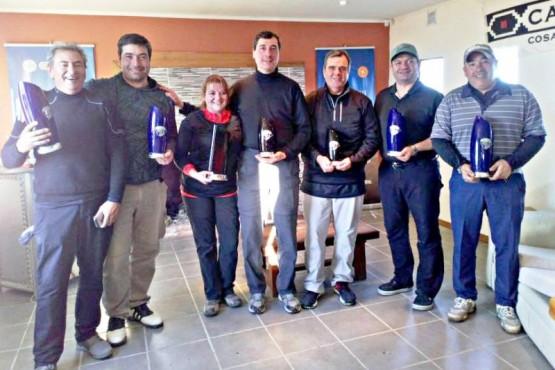 Los mejores del torneo fueron distinguidos y éstos mostraron sus premios.