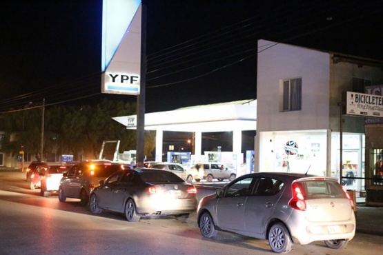 Largas filas de vehículos para cargar nafta