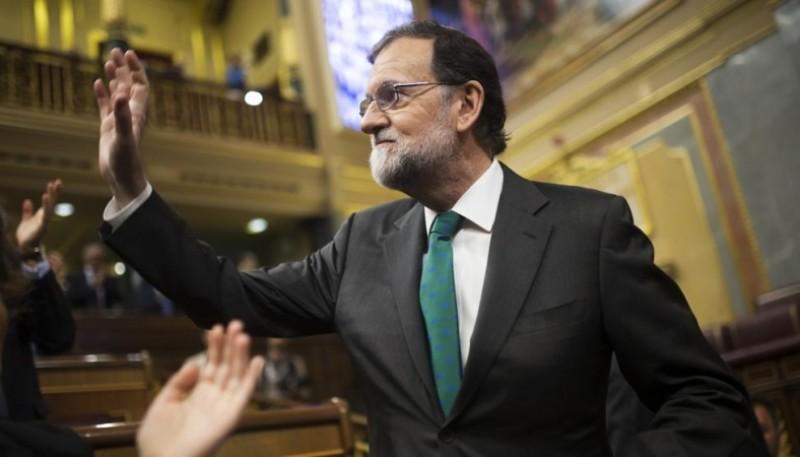 Mariano Rajoy, saludando a sus diputados, durante la sesión de este jueves (Francisco Seco / AP)