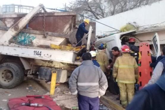 Camión con volquete se incrustó contra una casa