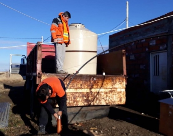 Llevaron 2500 litros de agua a los vecinos del Bicentenario y Santa Cruz