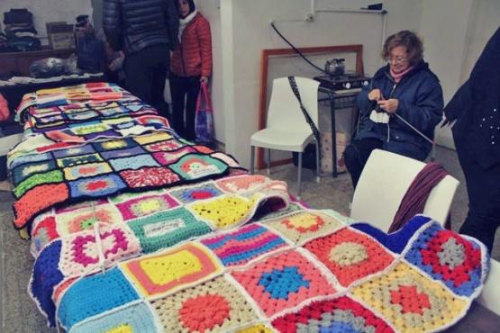 Confeccionan mantas para los comedores solidarios