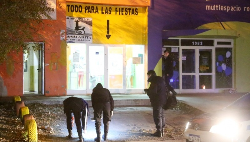 El personal de Criminalística buscó los casquillos del arma. (Foto: C.G.)