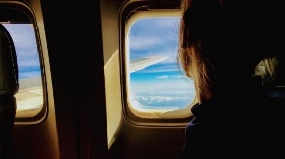 Se enamoró del pasajero con el que viajó en avión y ahora lo busca en la web