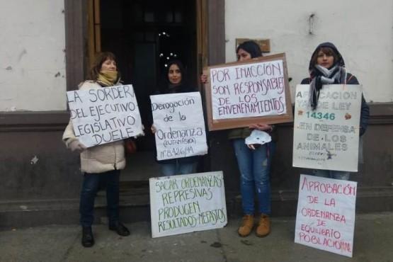 Protestaron frente al municipio ante nuevos envenenamientos