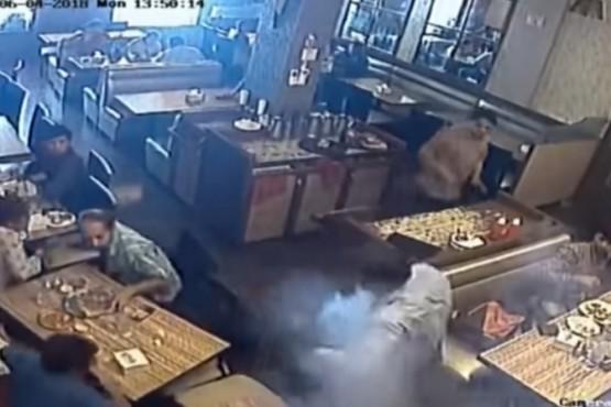 Impresionante video: le explotó el celular en el bolsillo mientras almorzaba en un restaurante