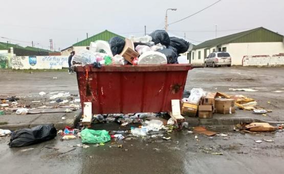 En pleno conflicto, los contenedores llenos de mugre