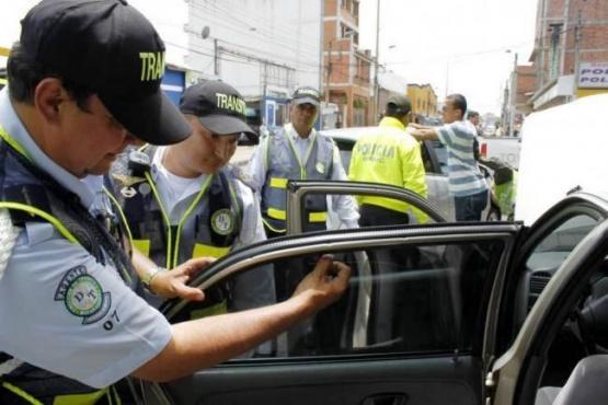 Enterate porqué corresponde la multa en Chile si tenés el auto polarizado