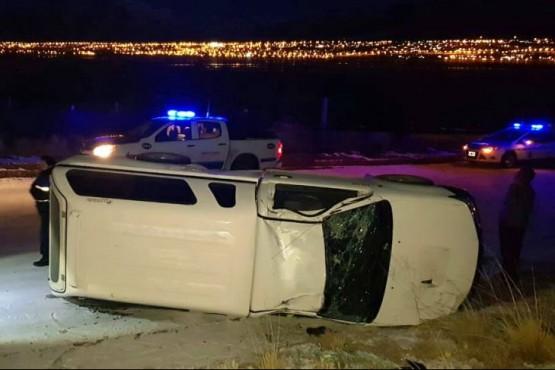 Un hombre perdió el control de su camioneta y volcó