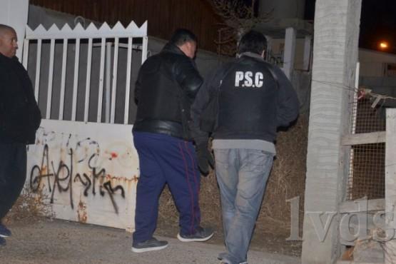 Un policía logro detener a tres sujetos que intentaban robar una casa