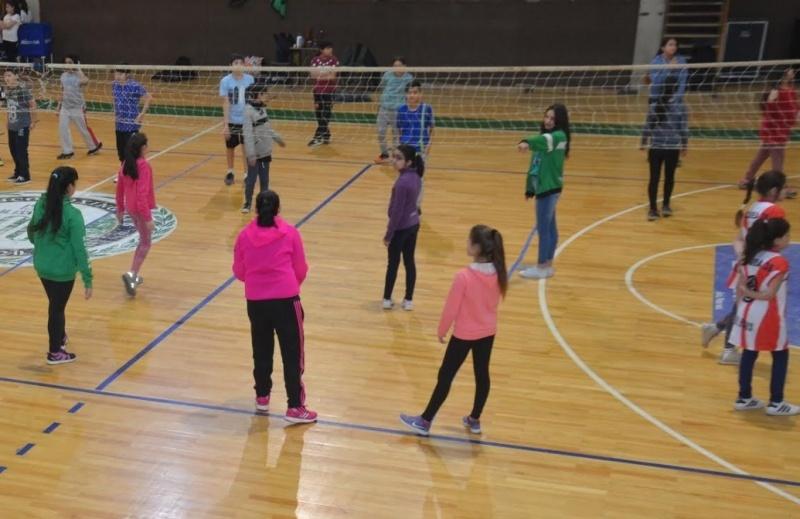 Los chicos de primaria participaron de la jornada deportiva.